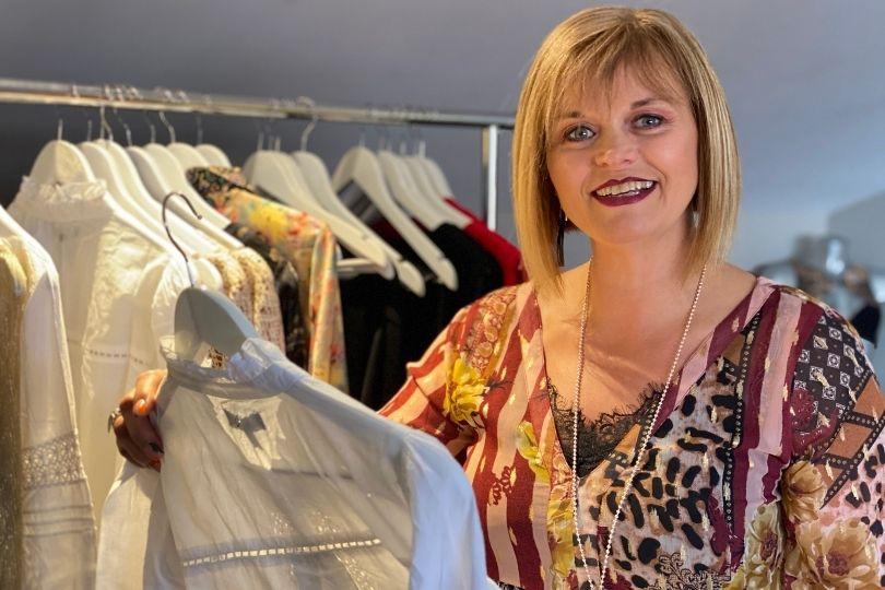 Corinne VDI Lingerie et vêtement Charlott' - découverte de la collection dan une suite d'un hôtel 5*